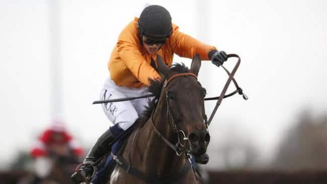 Lizzie Kelly – Nữ Jockey đầu tiên giành chiến thắng trong 1 cuộc đua cấp 1 ở Anh