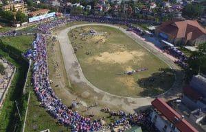 Sân vận động trung tâm huyện - Nơi diễn ra Giải đua ngựa truyền thống huyện Bắc Hà năm 2017.